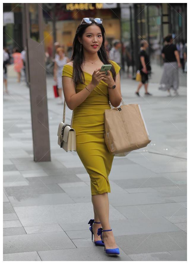 穿草绿色过膝裙,优雅又得体,搭配高跟鞋让造型更显靓丽