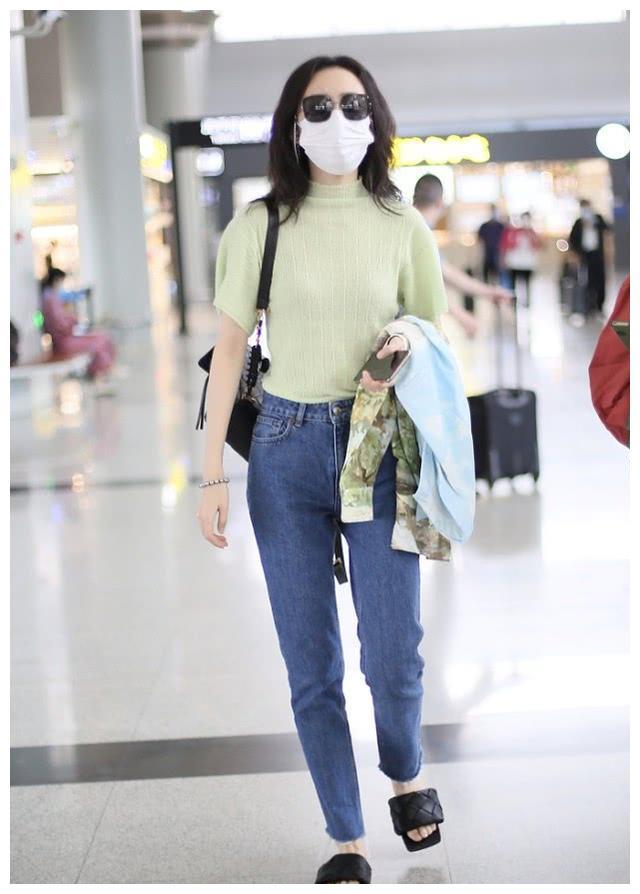 王鸥穿搭真时尚,牛油果绿T恤配小脚裤,这腿实在太瘦了