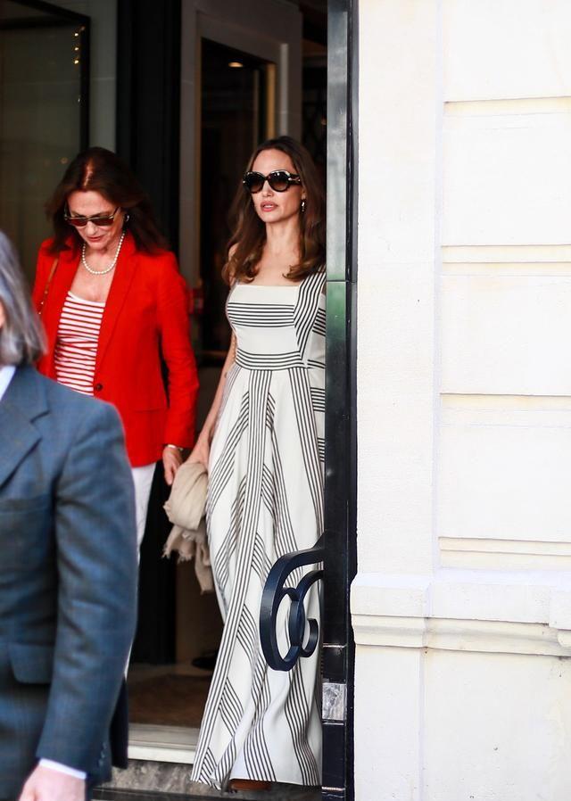 安吉丽娜·朱莉穿着条纹连衣裙出街,清爽简约又雅致