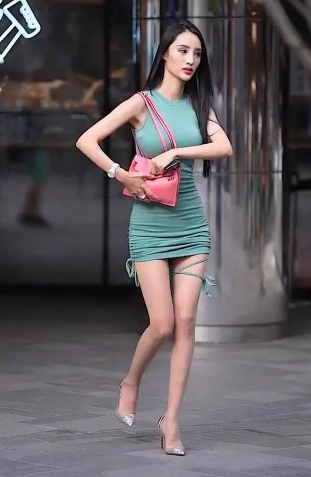 穿着短裙的小姐姐,裙子的版型设计给人一种很洋气精致的感觉