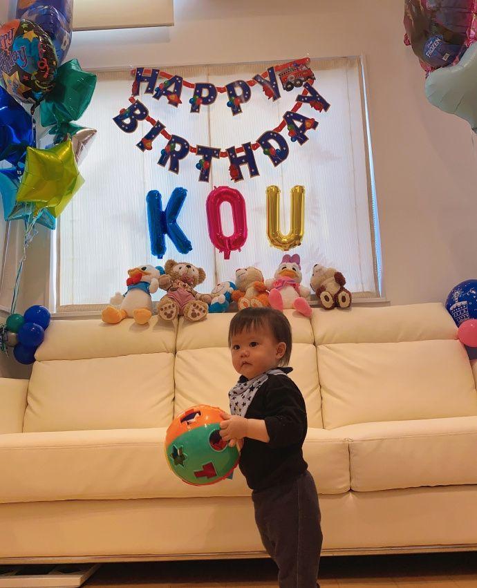 组图:江宏杰为儿子庆祝一岁生日 晒全家照福原爱长腿成亮点
