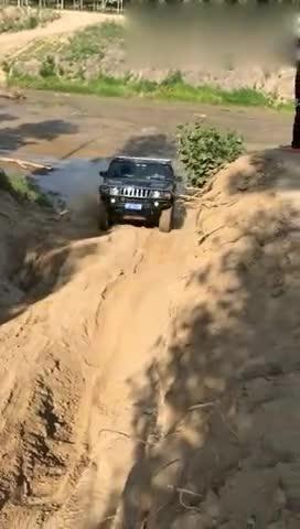 视频:哈弗H3挑战悍马爬坡过炮弹坑,这