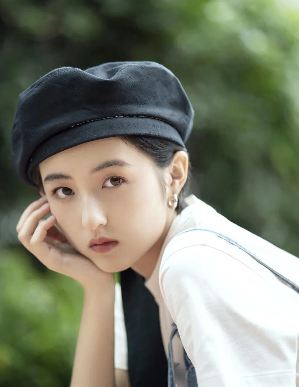 张子枫如今都成大美人了!戴上飘带贝雷帽,美成动漫里的女主角了