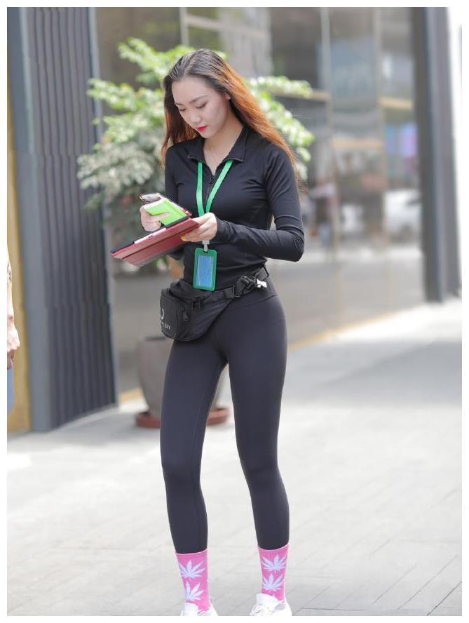 凌筏谈时尚:选定修身裤装,放松塑造爽利的造型,气质更有范