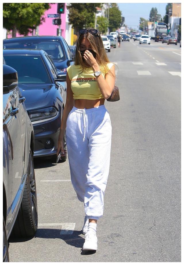 女星麦迪逊·比尔现身西好莱坞街头,她的俏丽让人心动