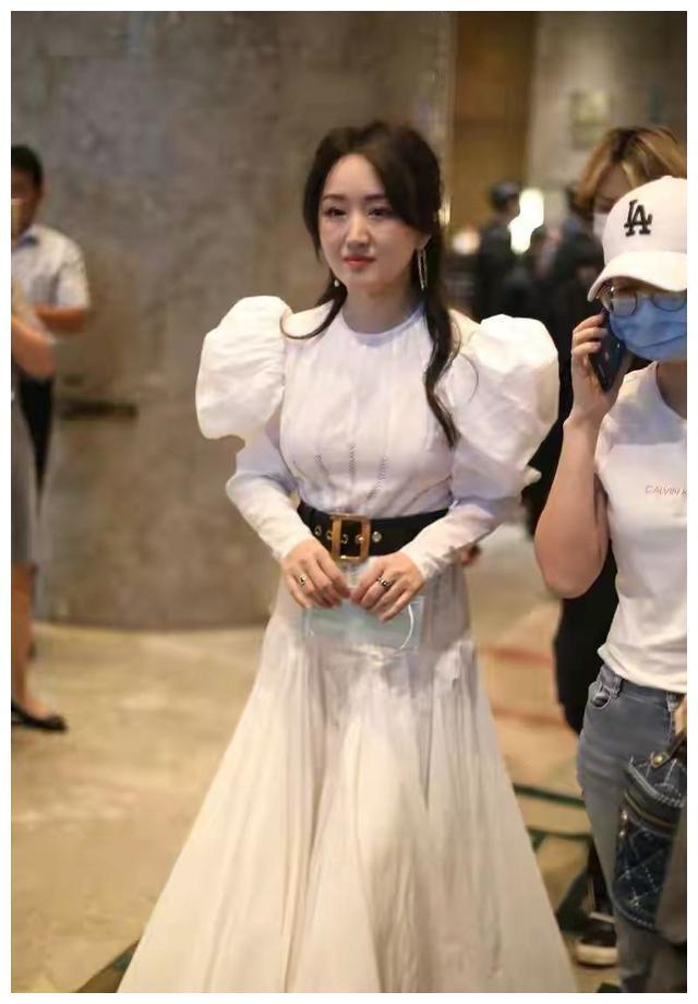 杨钰莹胖了多少?穿娃娃裙好富态,穿10cm恨天高也好显矮