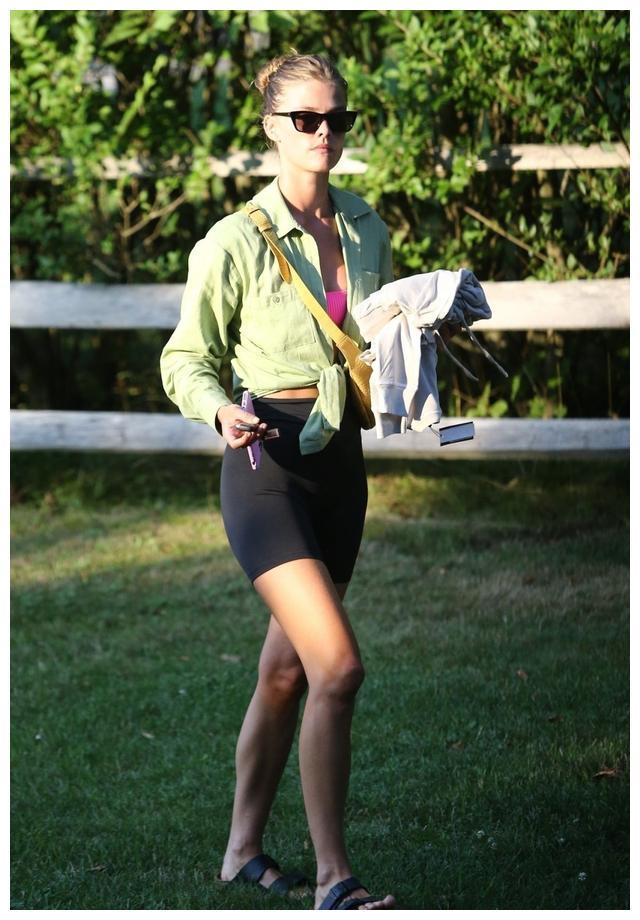 超模妮娜·阿格戴尔现身汉普顿斯,她有一种特别的俊美