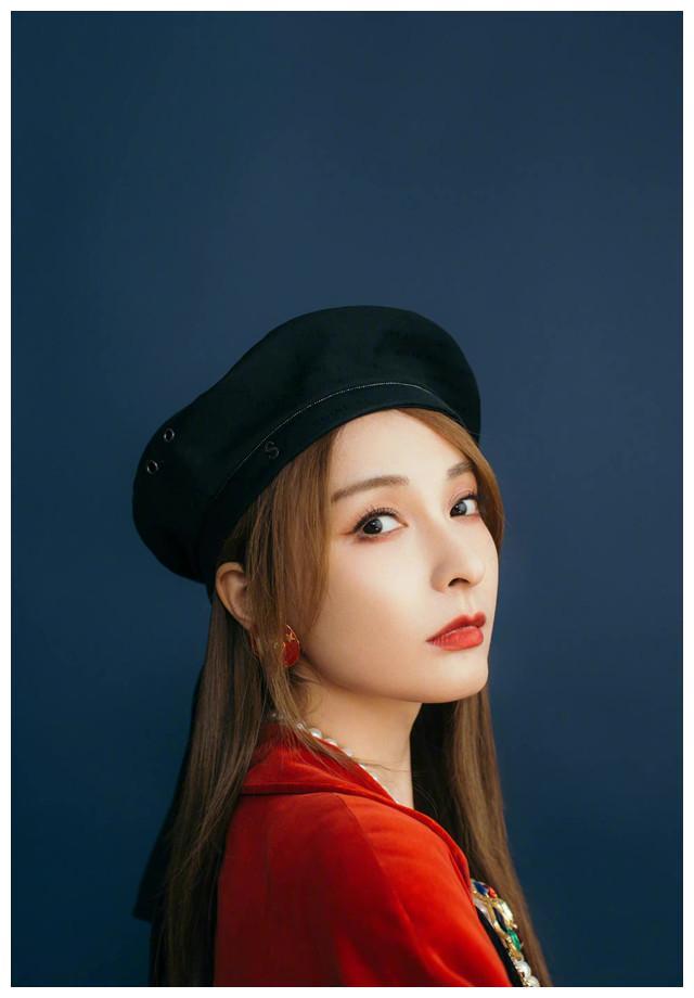 吴昕最新造型:黑色贝雷帽搭配红色丝绒外套,又美出了新高度