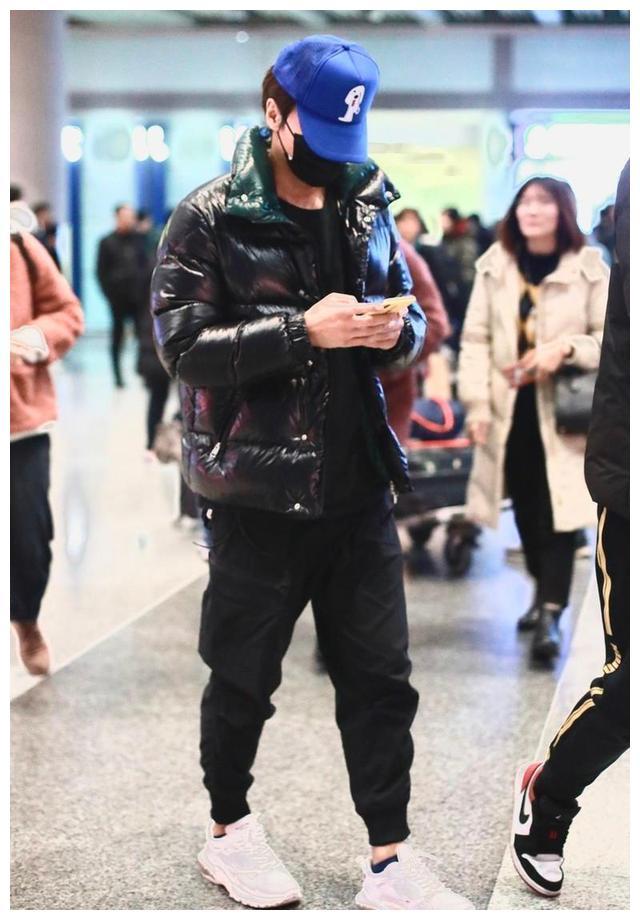 言承旭现身机场,羽绒服配运动裤,43岁穿出活力少年气质