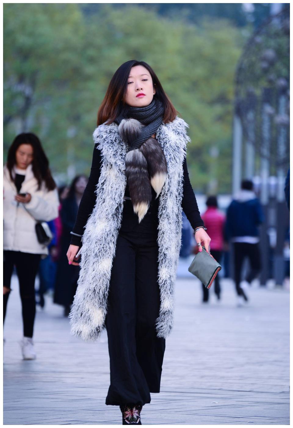 长无袖仿皮草大衣穿出风度,搭配高跟短靴更精致,时髦显高