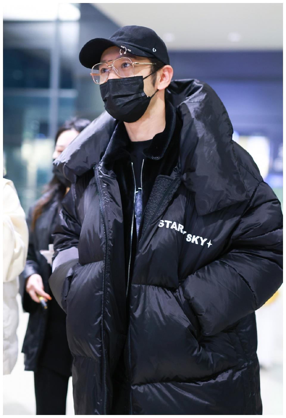 黄晓明现身机场,身穿羽绒服叠穿丝绒夹克黑色西裤