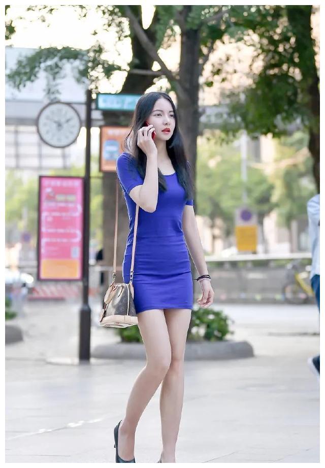 深蓝色修身连衣裙搭配高跟鞋, 明艳端庄, 飘逸美丽