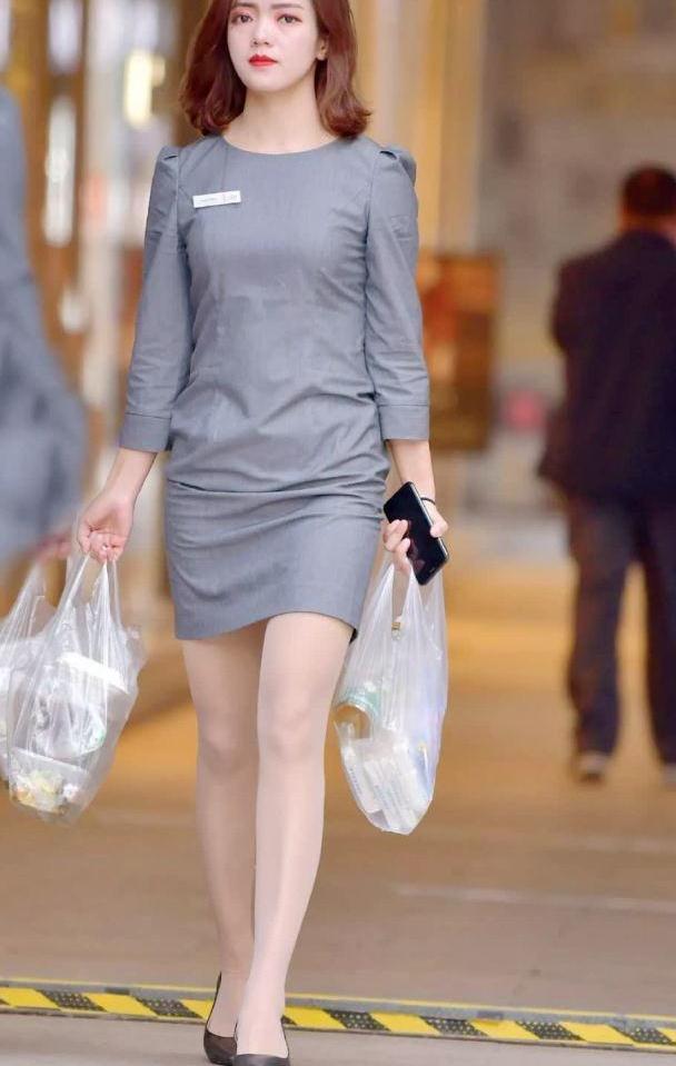 时尚街拍:穿职业装的小姐姐,气质高雅提塑料袋也以为是名牌