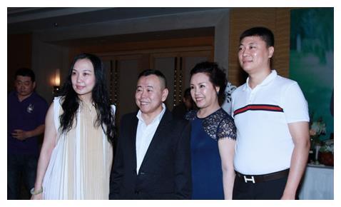 60岁的潘长江与老婆杨云近照,妻子杨云风采依旧