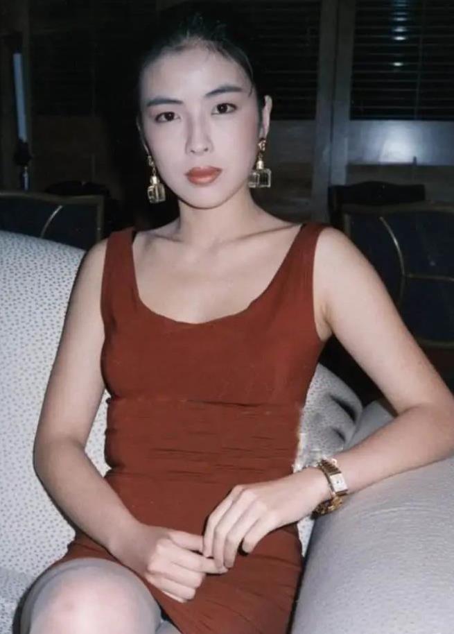 张学友老婆年轻时这么美,简约衬衫搭格子裙,时尚感超前半世纪!