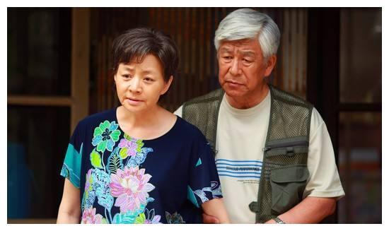 """75岁张洪杰带着妻子四处拍戏,被子女""""吸血""""多年,如今他怎样了"""