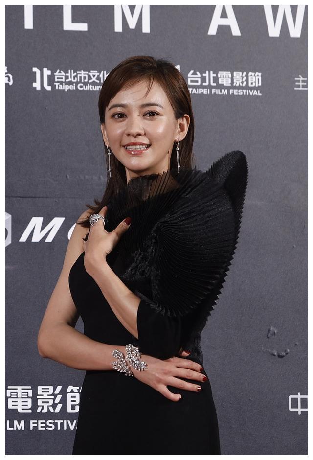 台北电影节张钧甯真空上阵超性感,林志玲却从头到脚捂得严严实实