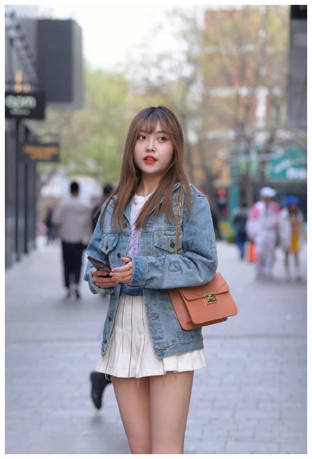 夹克+百褶裙,让小妹妹焕发青春,展现出人意料的美丽