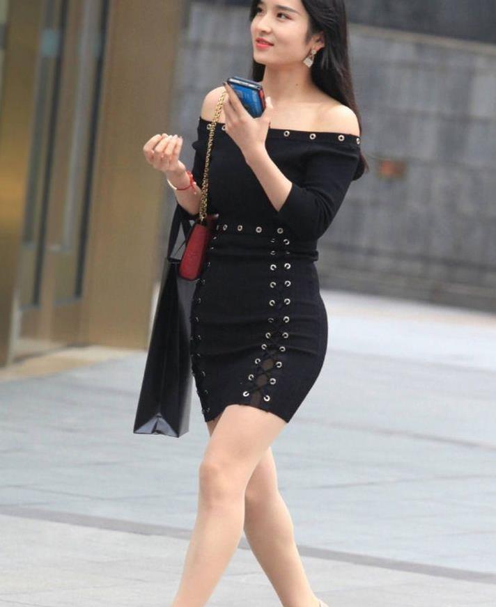 黑色长裙垂到脚背,紧紧地裹在身上,非常显出高贵的气质