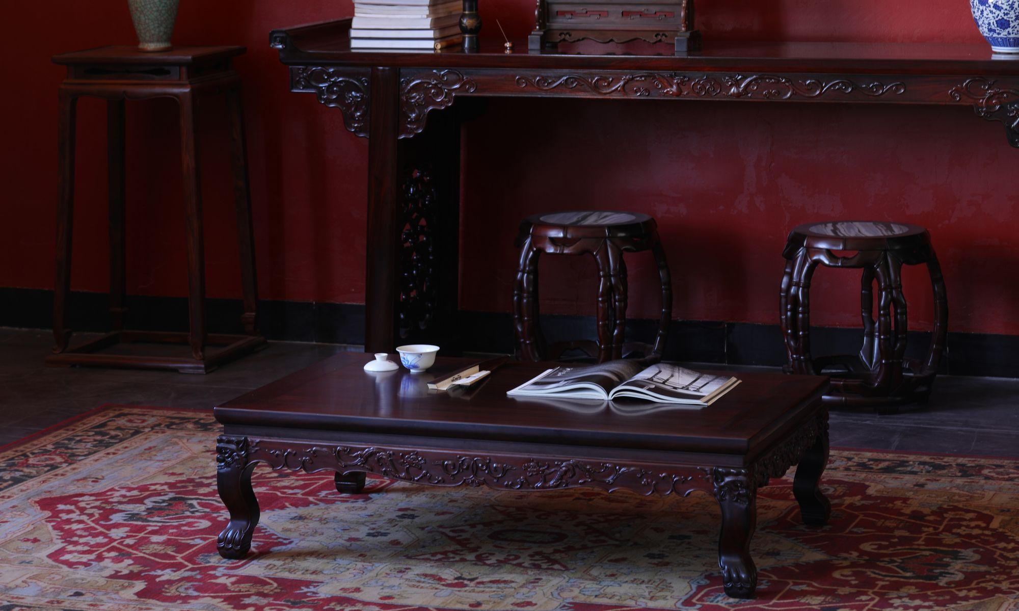 经典明式家具样式,大红酸枝有束腰螭龙纹虎爪足炕桌