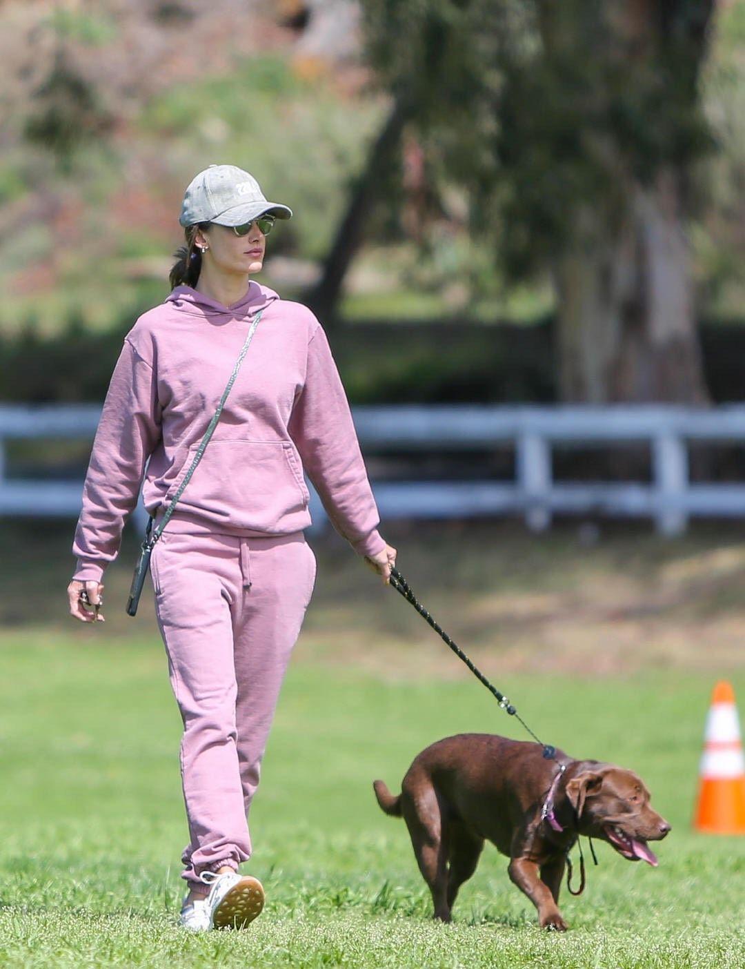 3月18日,超模亚历山大·安布罗休现身洛杉矶公园悠闲遛狗