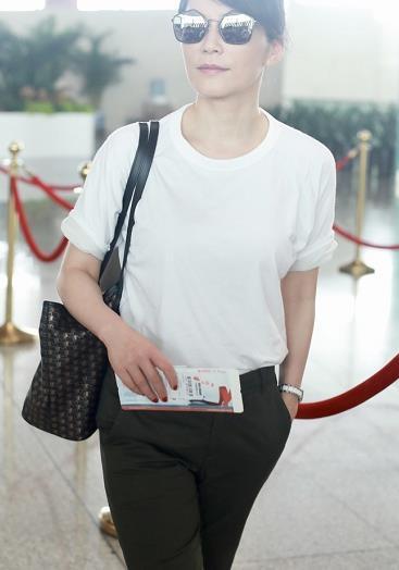 俞飞鸿真不愧气质女神,穿白色T恤搭配军绿色西裤,高级又洋气