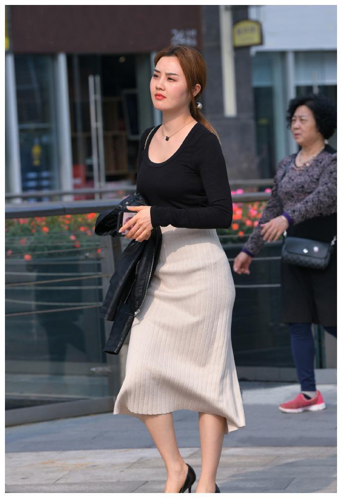 """秋日穿搭,选择舒适雅致的""""针织裙"""",让造型更显优雅自信!"""