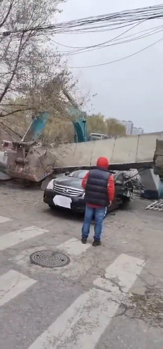 视频:墙柱子倒下砸扁停在旁边的日产天籁,车身砸成两半!