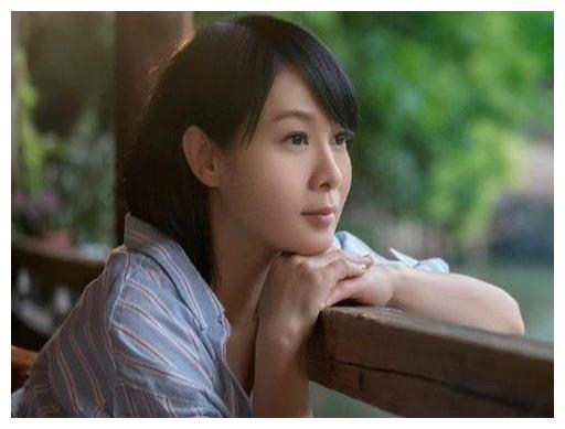 51岁刘若英太会穿了,丸子头加背带裤超减龄,说她25岁我都信