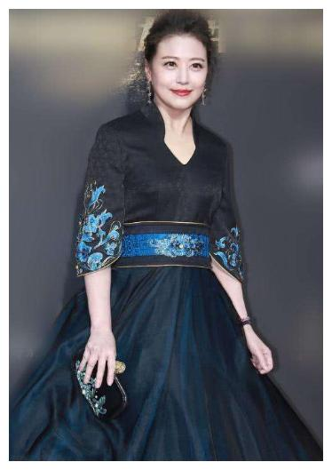 周海媚太会穿了,格纹连衣裙脚踩靴子,彰显54岁成熟品味又减龄