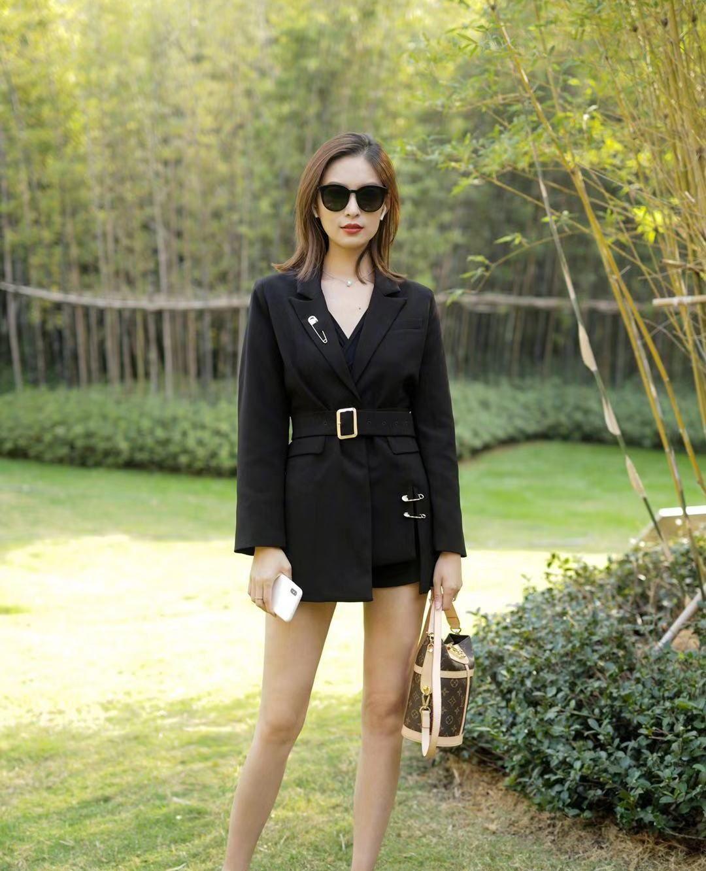 街拍,小姐姐一身黑色收腰西装外套,皮肤白皙墨镜红唇气场十足