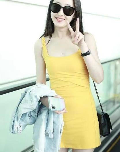 蒋梦婕身材好丰满,穿鹅黄色吊带裙走机场,皮肤白到发光真清爽