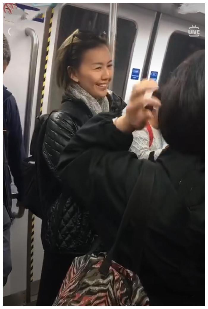 地铁偶遇孙燕姿,离开滤镜老了太多,和路人聊天没有架子