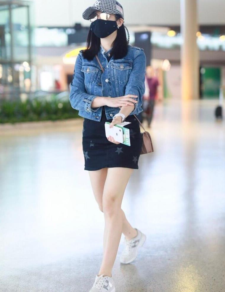 陈妍希又现少女式穿搭,短款牛仔外套配紧身短裙,这状态谁都羡慕