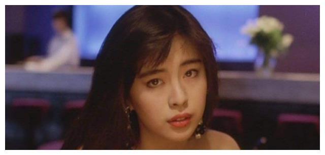 王祖贤多年前剧照流出,谁留意到她旁边的小记者?后来成一线巨星