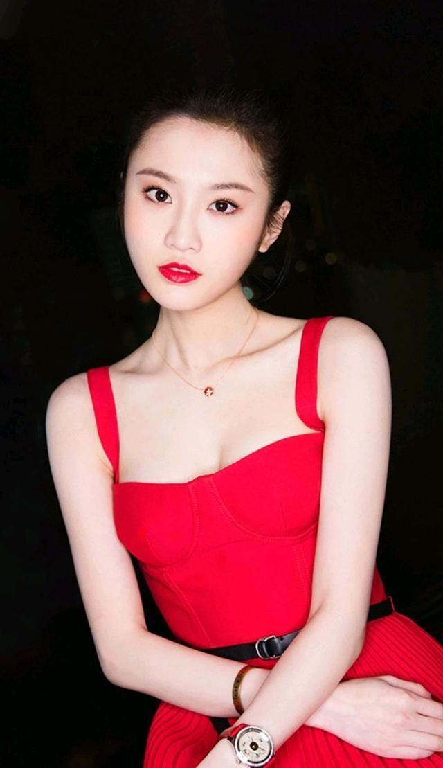 """""""谋女郎""""张慧雯:无论是蕾丝还是大红裙,信手拈来性感大方"""
