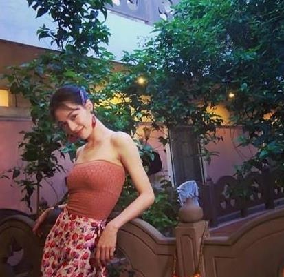 钟楚曦的港风穿搭太正了!水红色抹胸+印花半身裙,90年代最美