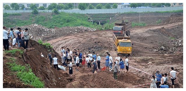 北京工地挖出简朴古墓,墓主人身着龙袍,还有东珠朝珠,他是谁?