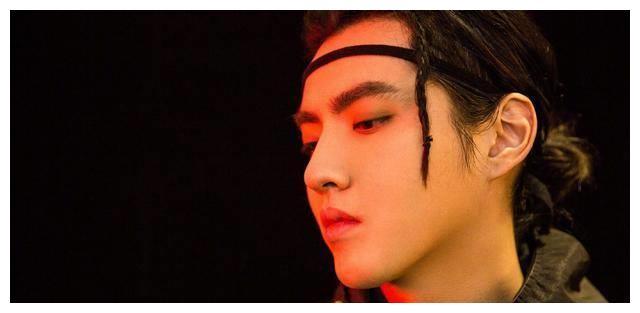 吴亦凡细发带现身《中国新说唱》,工装搭配帅气度MAX
