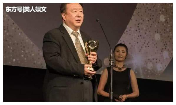 端庄大气的美女主持人,曾嫁给导演尤小刚,如今50多岁孑然一身