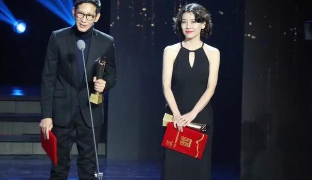 """刘琳出席颁奖典礼,挂脖裙领口""""破洞""""照样穿,""""妈妈头""""反显嫩"""