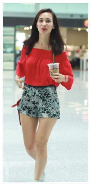 韩庚老婆卢靖姗近照,穿抹胸衣大秀傲人双峰,一双粗腿太真实