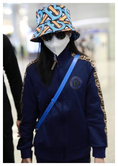 张韶涵Fendi运动套装+Burberry渔夫帽+墨镜酷飒十足