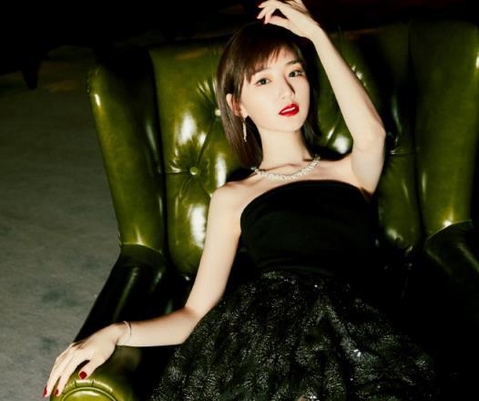 没想到灵动的毛晓彤也能帅气满分!低调黑色系服装,真是攻气十足