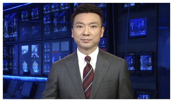 """央视新闻主播李泽鹏:上半身西装笔挺,下半身""""沙滩短裤"""""""