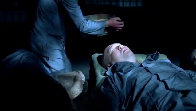 男子趁监狱恶霸睡觉,拿洗脸盆猛砸他头,不料被人暴打