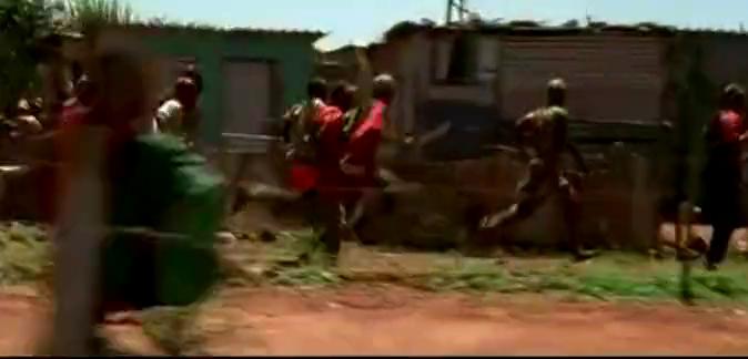 经典非洲内战电影《卢旺达饭店》片段,联合国维和部队救助难民被