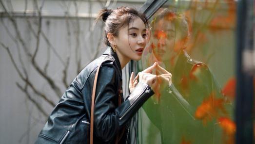 袁姗姗身穿碎花短裙搭配机车皮衣外套,走在文艺的街道