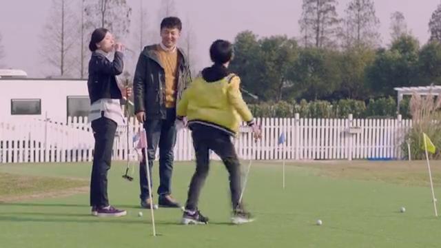 美女和男保姆打高尔夫很开心,想叫儿子过来一起玩,发现情况不对