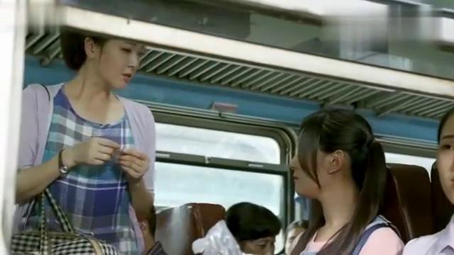 美女坐火车逃票被乘警抓现行,不料美女掏出证件后,乘警惊呆了!